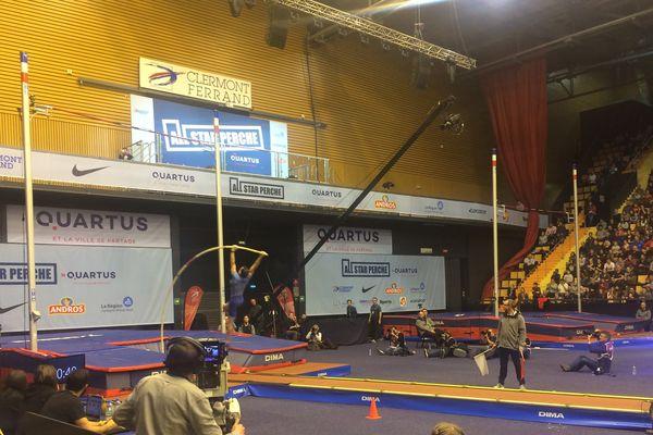 Le 5 février à Clermont-Ferrand, salle comble à la Maison des Sports, pour voir l'élite mondiale de la perche s'élancer sur la piste