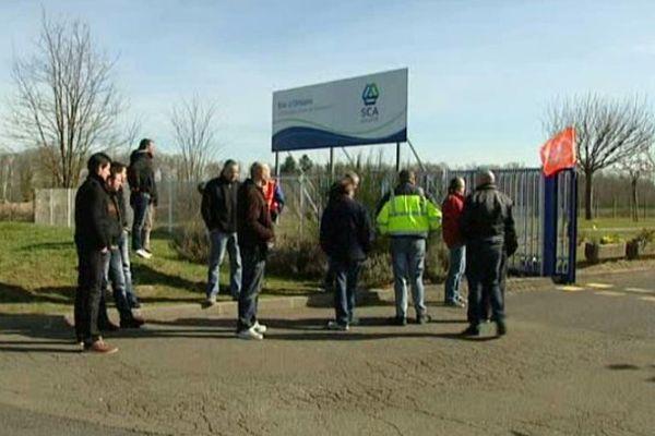 Les salariés du site SCA de Saint-Cyr-en-Val (Loiret) ont appris mardi la fermeture de leur usine en octobre.
