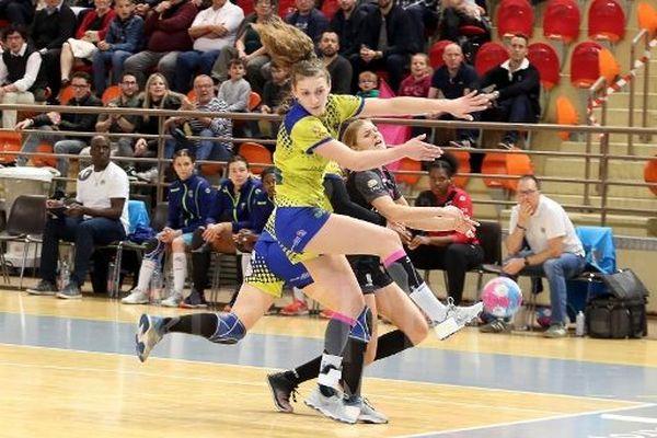 Claire Vautier, avec le maillot jaune du HBC Saint-Amand.