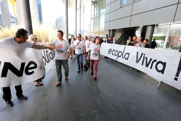 Les salariés d'Ecopla arrivent au palais de justice de Grenoble, pour le procès en appel en octobre 2016.