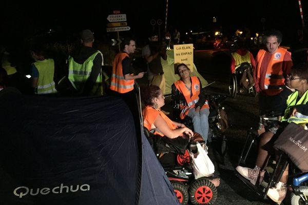 Toute la nuit une vingtaine de militants du collectif Handi-social a bloqué le convoi de l'A380 à L'Isle-Jourdain