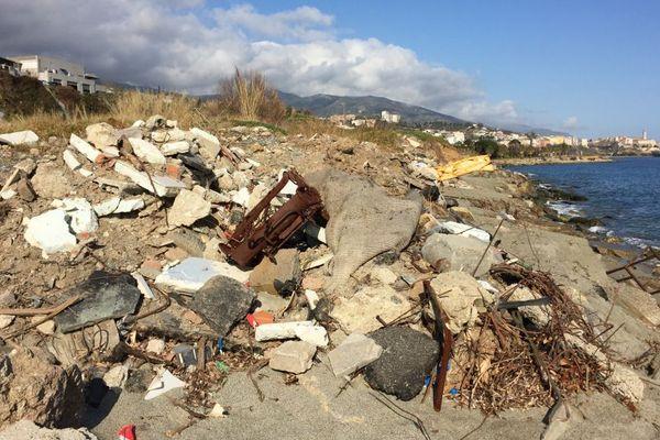 Des tonnes de déchets jetés sur la plage de l'Arinella, à Bastia (Haute-Corse)