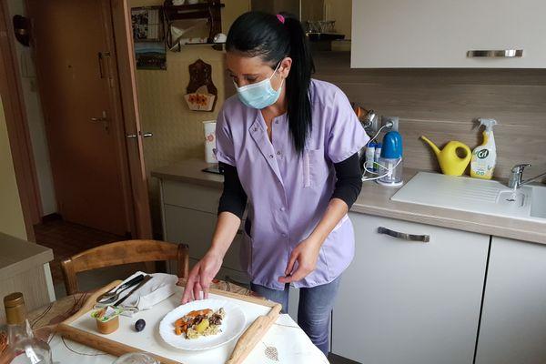 Préparer les repas, faire les toilettes, prendre soin des personnes : le métier d'aide à domicile nécessite de nombreuses compétences.