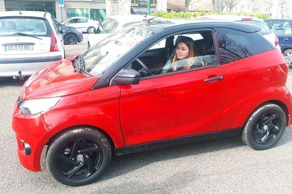 A tous justes 17 ans, Pauline Semonsat n'a pas encore le permis et pourtant elle conduit déjà sur les routes de l'Allier. Au volant de sa voiturette depuis un an, elle la préfère à un scooter, même si elle ne peut pas dépasser les 45 km/h.