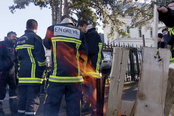 Une cinquantaine de pompiers rassemblés ce mardi devant le conseil départemental de Haute-Savoie