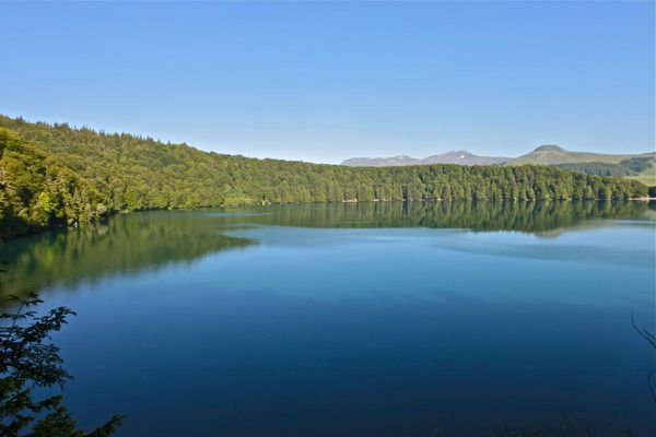 Le lac Pavin, situé dans le Puy-de-Dôme, n'en finit pas de fasciner.