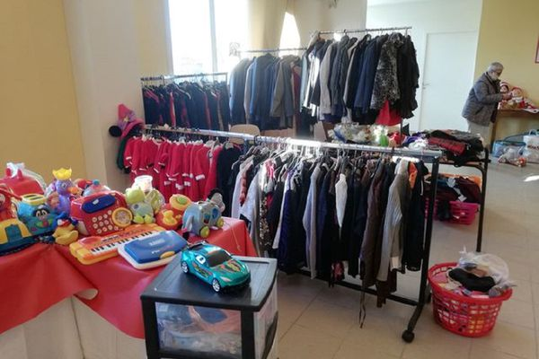 La boutique solidaire la Maison d'Adèle, située à Saint-Georges-de-Mons dans le Puy-de-Dôme, accompagne de plus en plus de familles en difficulté.
