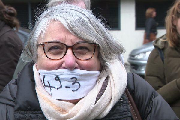 Une manifestante, bâillonnée devant la préfecture de la Gironde, ce mardi 3 mars.