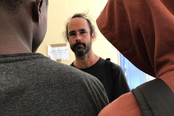 Le médiatique Cédric Herrou en aide aux réfugiés à Marseille