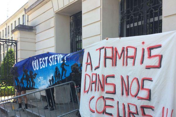Les associations ont accroché aux grilles de la préfecture de Loire-Atlantique une banderole à la mémoire de Steve disparu lors de la fête de la musique