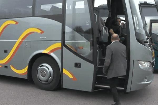 Un autocariste de la Haute-Vienne présente le nouvel équipement de sécurité dont sont dotés les véhicules récents.