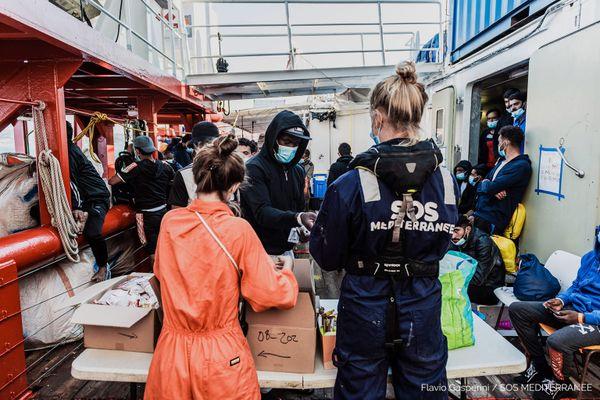 A bord du bateau de SOS Méditerranée, Ocean Viking, en Sicile en juin 2020 avec des rescapés migrants.