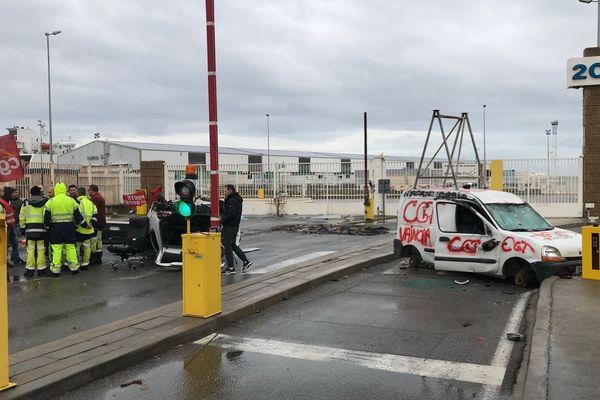 Des manifestants bloquent l'entrée de la porte C du grand port maritime de Marseille