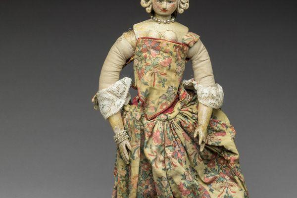 La poupée Royale habillée.