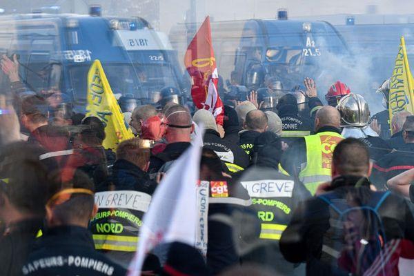 Des affrontements ont eu lieu entre la police et les pompiers lors d'une manifestation nationale des sapeurs-pompiers à Paris le 15 octobre 2019.