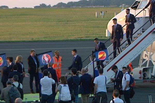 L'équipe d'Espagne descend de l'avion à l'aéroport de La Rochelle.