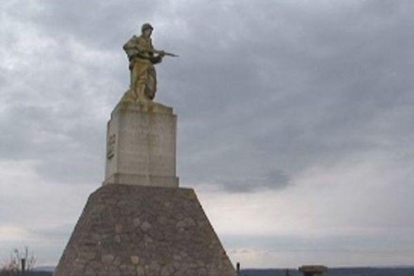 Le monument à la mémoire des soldats tombés au champ d'honneur lors des combats du Léomont.