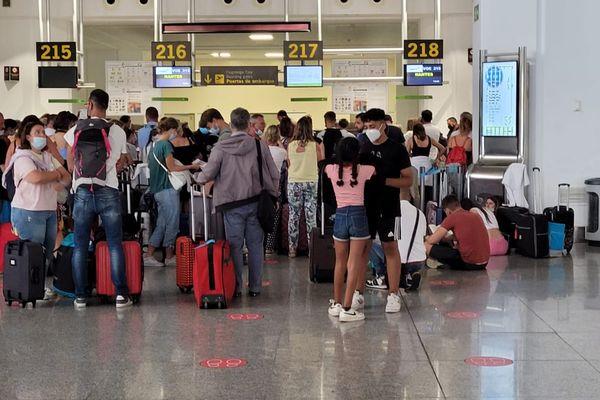 Les passagers sont restés sans nouvelles de la compagnie aérienne avant d'être emmenés à l'hôtel
