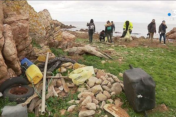 Une opération de nettoyage côtier a été organisé sur l'îlot principal de l'archipel de Sanguinaires samedi 5 janvier 2019.