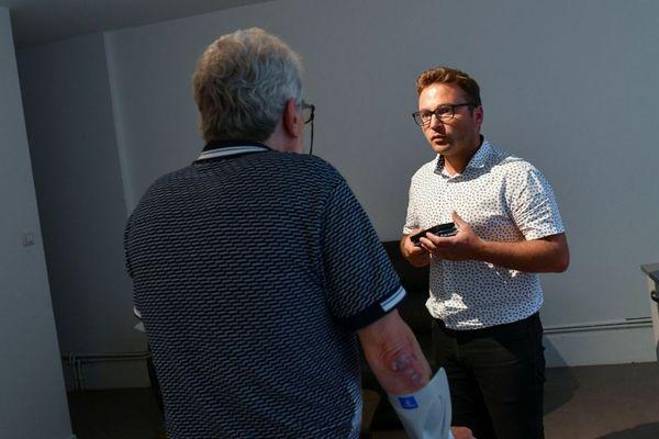 Sebastien Girin de l'ADDSEA (Association Departementale du Doubs de Sauvegarde de l'Enfant a l'Adulte) en train de parler à un homme accueilli à Altérité