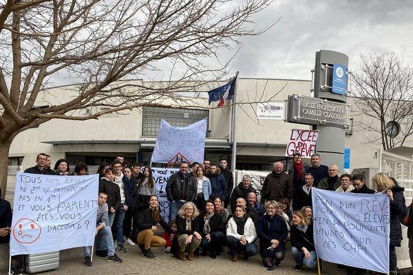 Au lycée Camille Claudel de Clermont-Ferrand, les enseignants sont en grève suite à une annonce prévisionnelle selon laquelle les effectifs de la première Métiers de la Sécurité seraient réduits pour l'année scolaire 2020-2021.