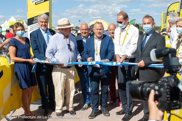 Sur cette photo publiée le 7 septembre sur la page facebook de la préfecture de Charente-Maritime, figure Christian Prudhomme, masqué, entouré de plusieurs élus au visage découvert.