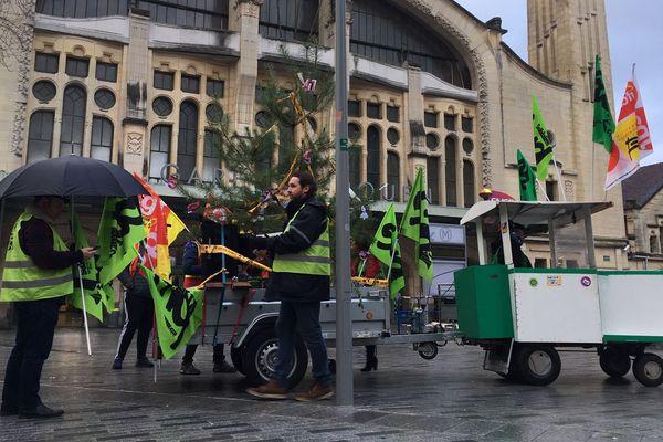 Les cheminots ont multiplié les actions ce lundi 23 décembre 2019 à Rouen, comme ici sur le parvis de la gare.