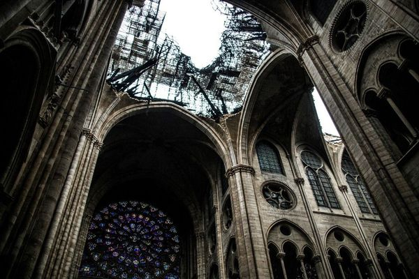 Pendant plusieurs jours, l'intérieur de la cathédrale a été exposée aux intempéries.