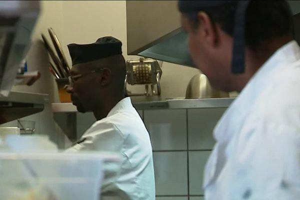 Deux réfugiés Soudanais et un érythréen travaillent en cuisine au café du Nord, à Arnay-le-Duc