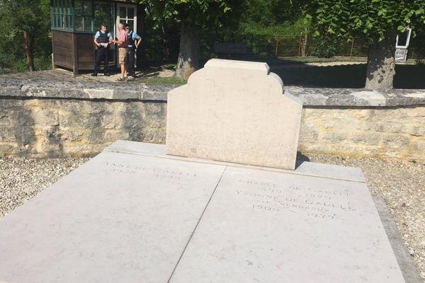 La tombe dégradée du Général de Gaulle dans le cimetière de Colombey-les-deux-Eglises.