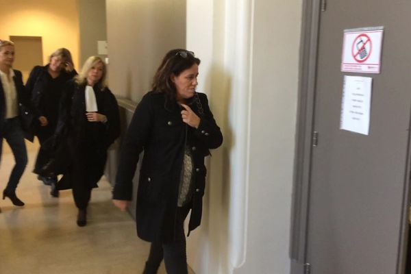 Arrivée de Maria Rosa Da Cruz, la mère de Séréna arrivant dans la salle d'audience du palais de justice de Tulle (Corrèze) le 14 novembre 2018. Elle est poursuivi pour violences suivies de mutilation ou infirmité permanente sur mineur de quinze ans par ascendant.