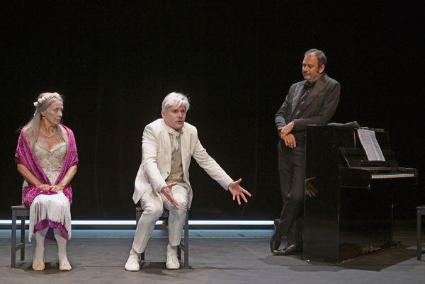 Les deux protagonistes partagent la scène avec un pianiste tout le long de la pièce.