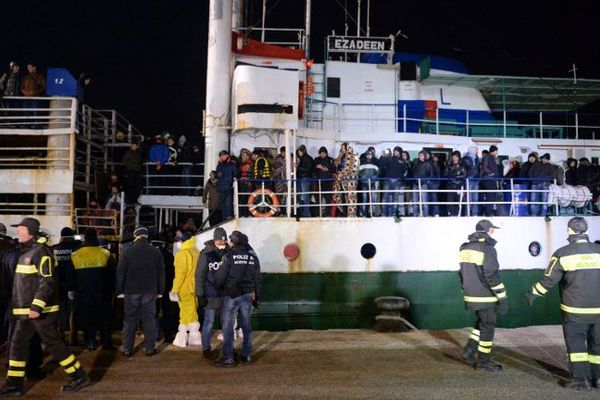 Quelques 500 immigrants clandestins Syriens sont arrivés au port de Corigliano (Calabre) en Italie, à bord de l'Ezadeen.  - 2/01/2015