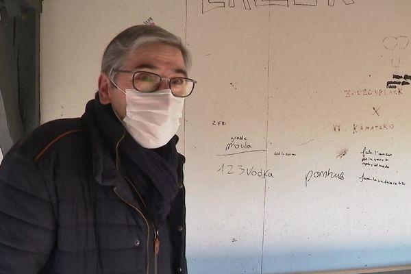 Gérard Lambert, le maire de Téloché, devant les graffitis qui fleurissent durant les nuits de confinement