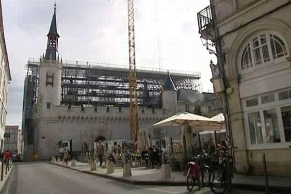 L'échafaudage monté autour de l'Hôtel de ville de La Rochelle .