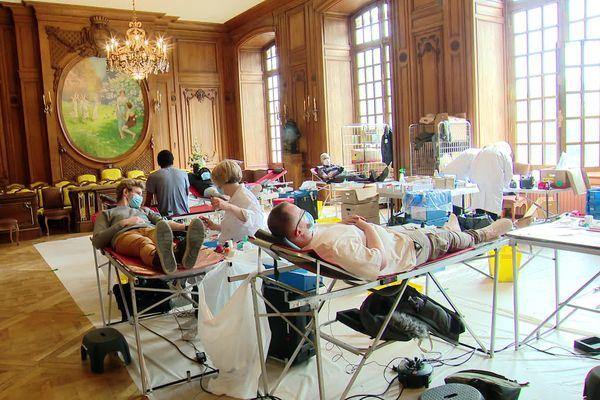 Donner son sang sous les dorures de la République
