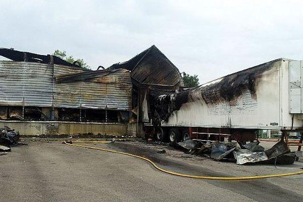 Carcassonne - l'entrepôt Beuron de Salvaza totalement détruit après l'incendie de dimanche - 28 juillet 2014