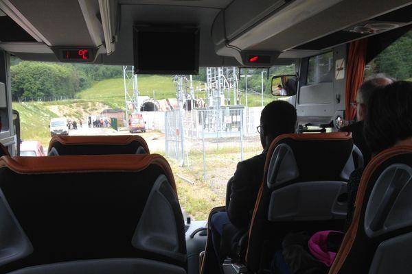 Après un briefing, les journalistes ont été conduits en bus sur le lieu de l'exercice
