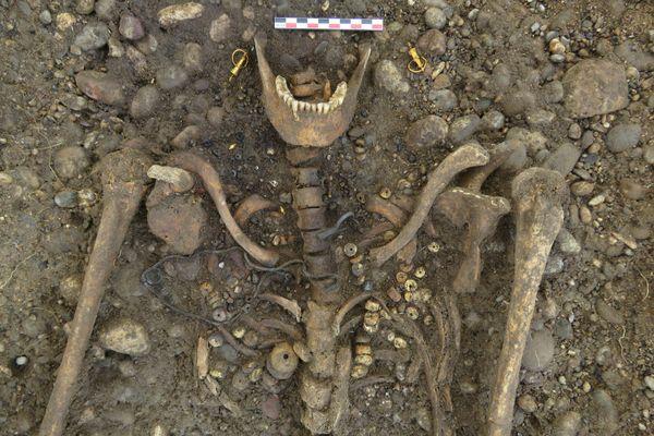 Détail d'une tombe de la nécropole et du squelette accompagné de son mobilier funéraire.