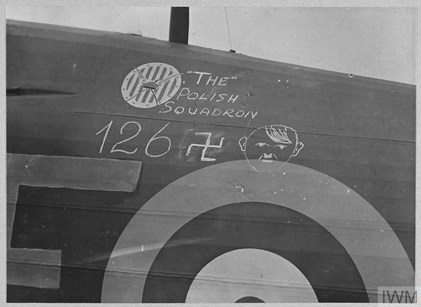 Le nombre d'avions allemands abattus inscrit sur un Hurricane du 303 Squadron, à Leconfield, le 24 octobre 1940.