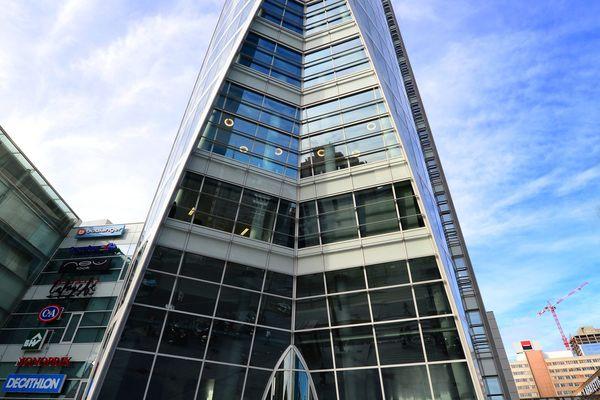 Lyon : deux Lyonnais ont gravi les 115 mètres (28 étages) de la Tour Oxygène, à la Part-Dieu, à mains nues et sans aucune protection.