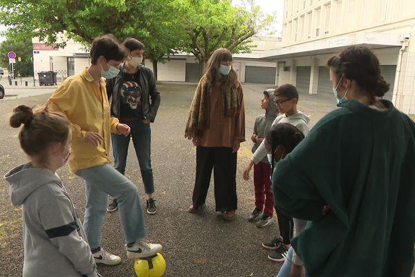 """Jeanne et Roxanne organisent une activité """"foot"""" avec des enfants du quartier de la Benauge à Bordeaux, samedi 1er mai."""