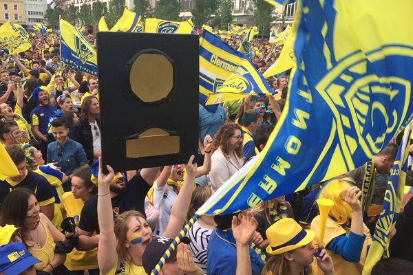 La place de Jaude, à Clermont-Ferrand en jaune et bleu pour la finale de Top 14, dimanche 4 juin.