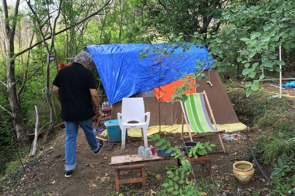Depuis les incendies de Janvier 2018 en Costa Verde, Dominique Martelli vit sous une tente près de sa maison détruite.