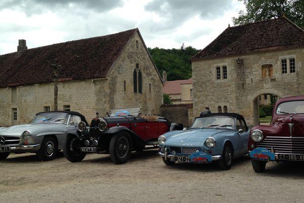 Un assortiment des véhicules participant au Rallye Promenade Tintin, présents à l'Abbaye de Fontenay (Côte-d'Or)