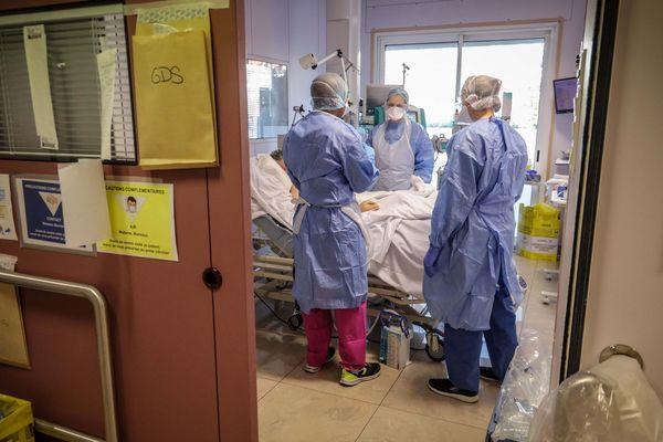 Des soignants en réanimation autour d'un patient souffrant ducovid-19