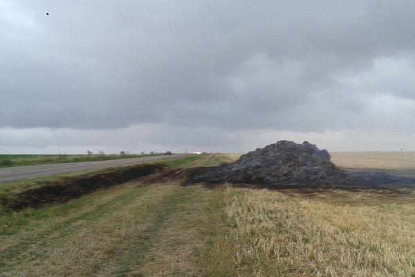 Le feu a détruit 400 tonnes de paille le long d'une route.