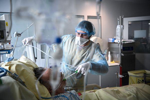 Un patient atteint du Covid-19 dans un service de réanimation de l'hôpital Georges-Pompidou à Paris le 6 avril 2021.