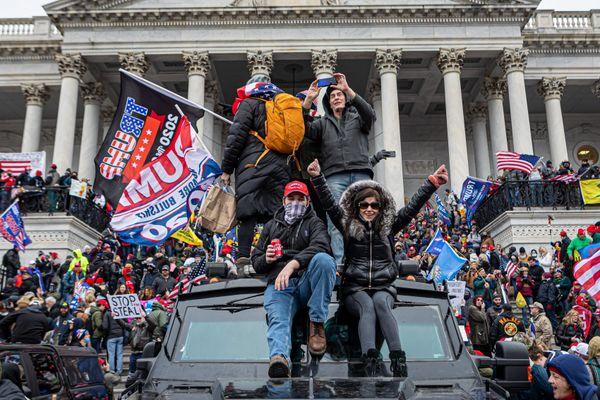 Plusieurs centaines de manifestants ont forcé le périmètre de sécurité du Capitole, siège du Congères des États-Unis, le 6 janvier à Washington. 52 personnes ont été interpellées.