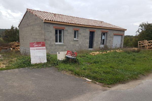 Sur cette maison, le garage n'a pas été construit au bon endroit. A droite au lieu de la gauche.